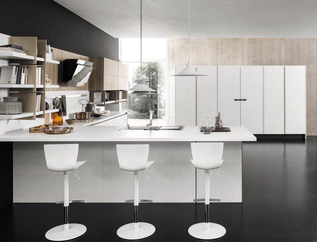 """Charme 37 di Febal Casa è la cucina bianca personalizzabile caratterizzata da una configurazione a """"L"""" in cui la penisola non è solo una zona di lavoro, ma anche un elemento di separazione/unione con il living. Il grande armadio Cubo permette di contenere elettrodomestici e piani estraibili. Le ante sono nella finitura Spatolato bianco. Un modulo base da 60 cm, prezzo 219,60 euro. www.febalcasa.com"""