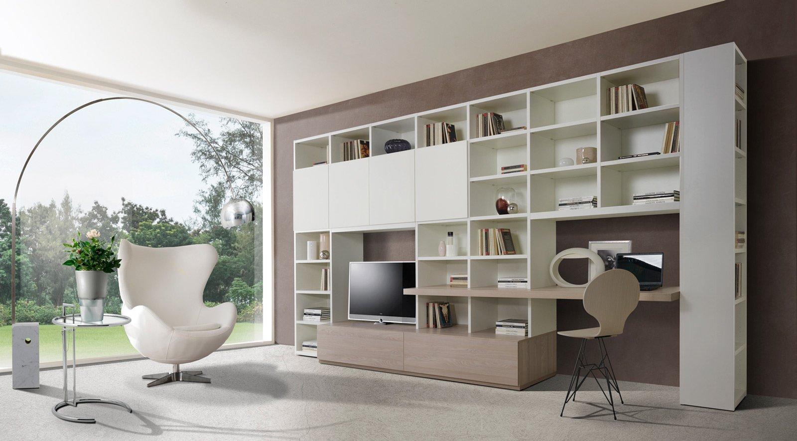 Angolo studio in soggiorno integrato nella libreria o in for Libreria per scrivania