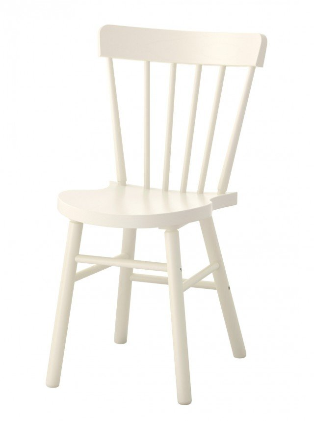 La sedia Norraryd di Ikea Italia ha lo schienale curvato e avvolgente, il sedile è sagomato per garantire il massimo comfort. La forma e la delicata colorazione bianco latte permette di inserirla in un living country. Misura L 47 x P 51 x H 83 cm. Prezzo 59,99 euro. www.ikea.com