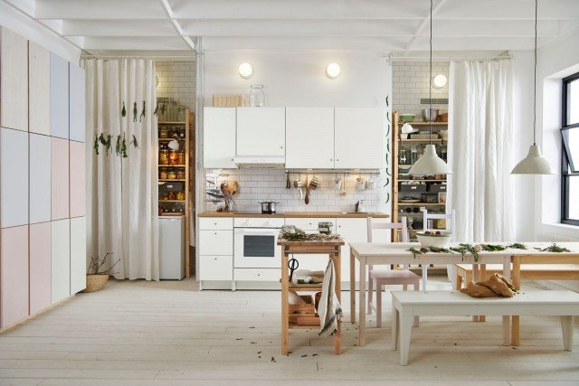 Knoxhult di Ikea Italia è la cucina modulare bianca con le ante in lamina di melammina resistente ai graffi e facile da pulire; il piano è nella finitura legno chiaro. É un modello semplice e facile da ambientare, caratterizzato dall'intramontabile stile nordico .La composizione misura L 400 cm, prezzo della composizione in foto 905 euro (inclusi quattro elettrodomestici). www.ikea.com