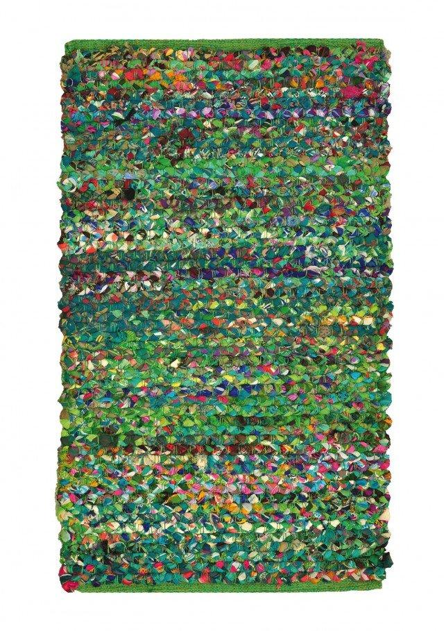 Pizzicato di Leroy Merlin è interamente realizzato in cotone nelle tonalità del verde menta con una tecnica originale che rende ogni pezzo unico e estremamente decorativo. Il fondo in cotone lo rende stabile. Misura L 220 x P 150 cm. Prezzo 119,90 euro. www.leroymerlin.it