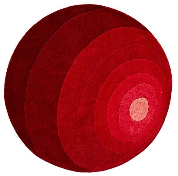 Luna di Verpan in vendita su Made in design è un tappeto rotondo che riprende i famosi motivi geometrici di Verner Panton del 1965. Èmorbido e gradevole al tatto, infatti è tuftato a mano ed è interamente realizzato in pura lana vergine della Nuova Zelanda. Misura Ø 120 cm. Prezzo 325 euro. www.madeindesign.it