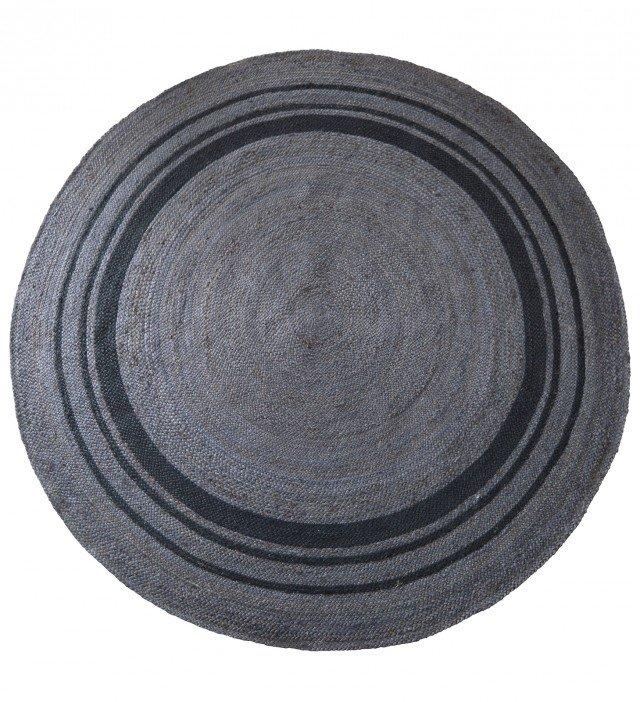 Rhodos di Miliboo è un tappeto rotondo di grandi dimensioni completamente realizzato in juta nelle raffinate tonalità del grigio, è ecologico e decorativo. Misura Ø 200 cm. Prezzo 159,90 euro. www.miliboo.it