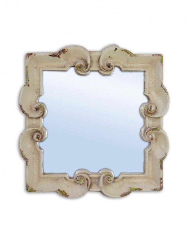 Lo specchio Barocco di Novità Home è dotata di una cornice in poliresina color crema e uno stile rétro; la delicata finitura vintage ne sottolinea l'aspetto country. Misura L 32,8 x P 32,5 cm. Prezzo 49,20 euro. www.novitahome.it