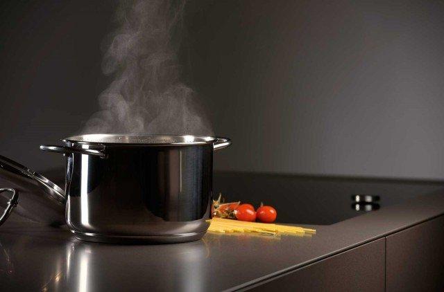 """Top e ante della cucina sono rivestiti in Lapitec, pietra """"tecnica"""" ad alta resistenza meccanica, alle macchie e ai graffi, non porosa e di facile pulizia. www.lapitec.it"""
