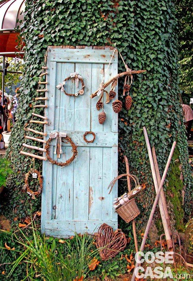 6- LA PORTA DEI SOGNI Senza più nessuna funzione, una porta vecchia appoggiata alla parete ricoperta di edera crea un effetto misterioso, sembra l'accesso a un mondo magico e immaginario.