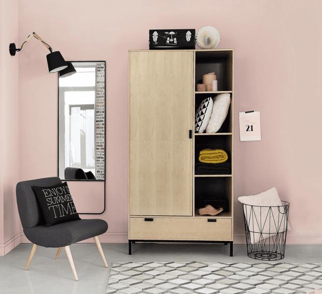 Ha ripiani a giorno l'armadio Graphic di Maisons du Monde completato da un vano appendiabiti e un cassetto. Misura L 98 x P 50 x H 195 cm e costa 399,90 euro. www.maisonsdumonde.com