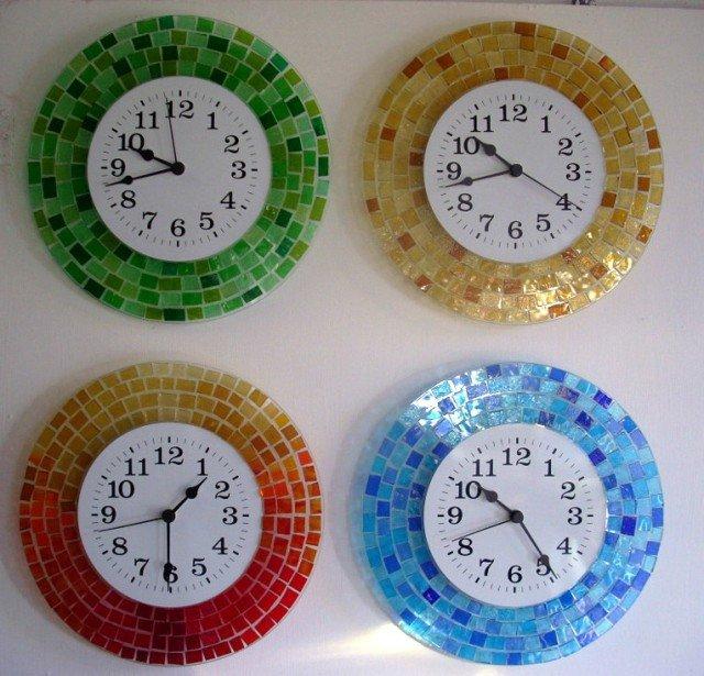 L'orologio da parete Arcobaleno di Angelo Irlandiniè realizzato artigianalmente con tessere di vetro di 3 mm, nei 4 colori della foto . Misura ø 30 cm . Prezzo 70 euro. Su richiesta, sul sitowww.astima.info