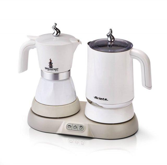 Con la Breakfast Station di Ariete che comprende una moka elettrica e il bricco multifunzione si possono preparare tante bevande diverse come caffè, latte caldo, caffellatte, cappuccino, mokaccino, menta latte, tè e tisane, in pochi minuti. La moka elettrica offre il vantaggio di non far fuoriuscire il caffè una volta terminata l'estrazione e di mantenerlo in caldo per mezz'ora. Prezzo 99,90 euro. www.ariete.net