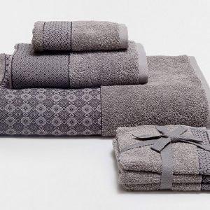 La biancheria da bagno Bordura di Zara Home è in spugna 100% cotone, peso 480 gr/mq. Il set da tre asciugamani ospite 30 x 30 cm costa 9,99 euro.