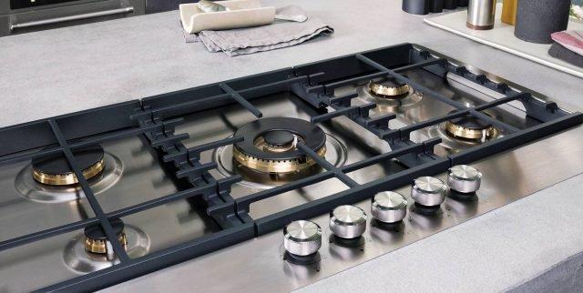 Il piano cottura a gas da 90 cm di KitchenAid è dotato di 5 bruciatori a gas di cui uno da 6 Kw con doppia valvola e con adattatore per il wok. Ha griglie in ghisa studiate per garantire un'assoluta stabilità delle pentole che sono lavabili in lavastoviglie. Prezzo da rivenditore. www.kitchenaid.it