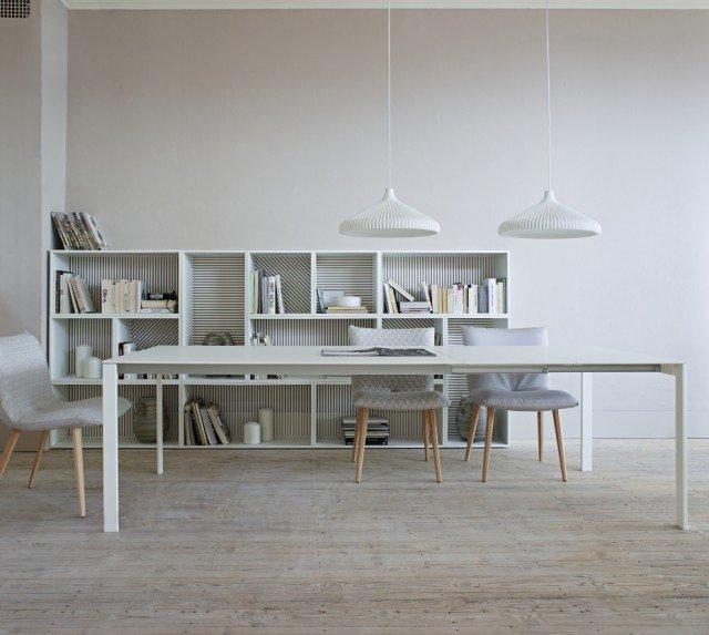 Allungabile di Ligne Roset (design Fattorini, Rizzini & Partners) è un tavolo con 4 gambe a filo degli angoli. Ha struttura in alluminio anodizzato naturale, basamento in acciaio laccato bianco, prolunga in laminato Fenix Bianco. Il piano è in vetro smerigliato e opacizzato dal laccato bianco sottostante (spessore 10 mm). L'aggiunta di una prolunga integrata (L 50) o di una seconda prolunga (sempre L 50) prezzata separatamente, permette di passare da una lunghezza di 158 cm a 208 o 258 cm. Misura L 158 x P 100 x H 74 cm. Prezzo a partire da 2.641 euro.www.ligne-roset.com/it/