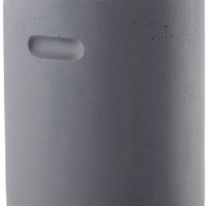 In fibra di vetro effetto cemento, il pouf Evira di Maisons du Monde misura Ø 37 x H 45 cm e costa 69,99 euro.