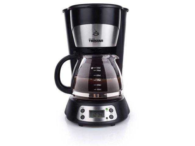 La macchina per il caffè americano CM-1235 di Tristar è un'elegante caffettiera elettrica con caraffa in vetro di 750 ml, display digitale con indicazione dell'ora e timer programmabile. Prepara 7 – 8 tazze alla volta e grazie alla piastra in dotazione mantiene in caldo il caffè. Ha spegnimento automatico dopo 40 minuti di inutilizzo. Prezzo 34,90 euro. www.tristar.eu/it/home