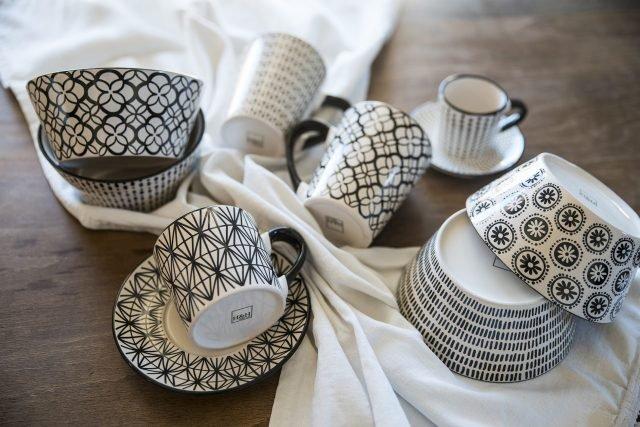Tazze con decoro bianco e nero H&H-Pengo_ambientataok