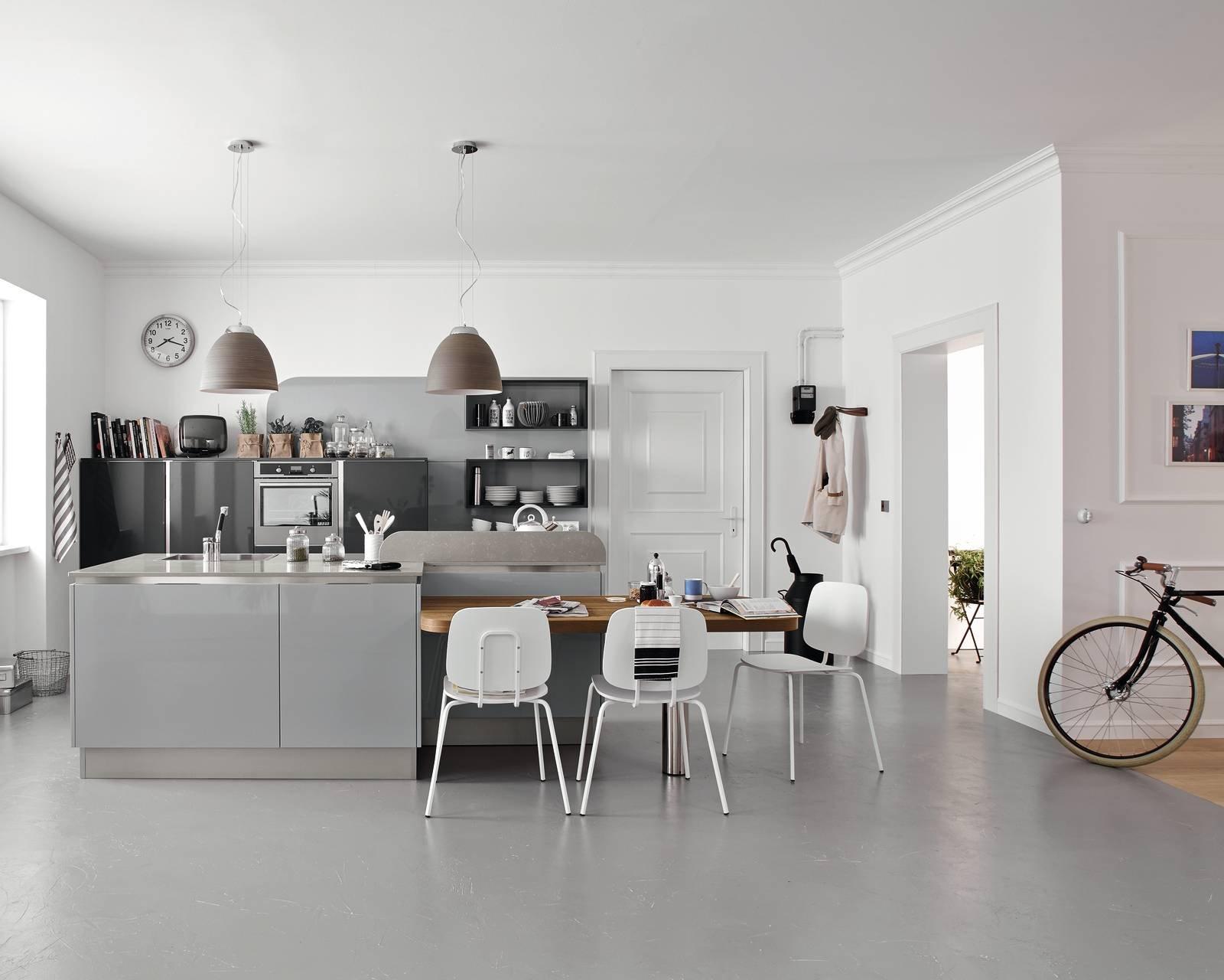 Cucina con l 39 isola in genere divise in due blocchi cose di casa - Cucine con ante scorrevoli ...