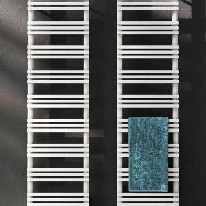 Può essere installato a parete o appoggiato a terra, Pioli di Antrax IT (design Andrea Crosetta), il termoarredo in acciaio al carbonio disponibile bianco o nero e in altre 200 varianti cromatiche.