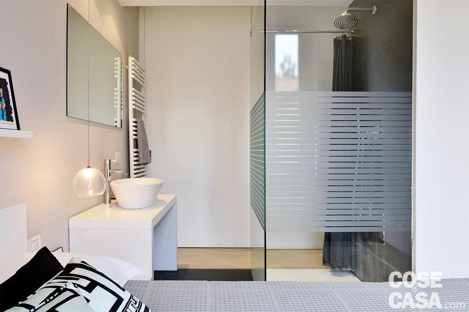 Bagno In Camera Con Vetrata : Bilocale black & white: 39 mq in stile minimal cose di casa