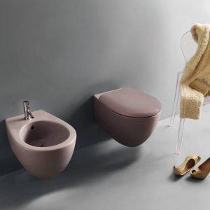I sanitari sospesi Bowl+ del programma Bagno di colore di Ceramica Globo (design CreativeLab+) sono in finitura color malva. Misurano L 38  x P 55 cm e, Iva esclusa, uno costa 557 euro. Esistono anche con P 50 cm.