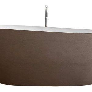 La forma ellittica sinuosa caratterizza Oyster di Glass 1989, la vasca freestanding realizzata in MinerLite bianco, con rivestimento esterno in ecomalta color nero Roma dall'effetto materico. Misura 160 x P 85 x H 64 cm.