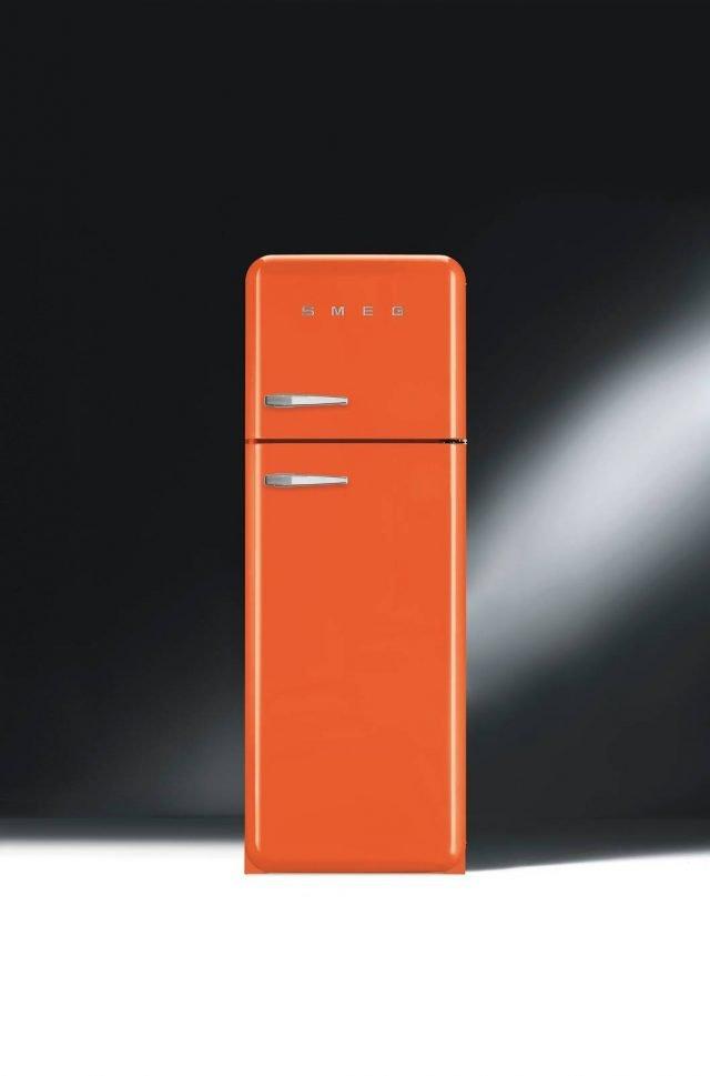 Il frigorifero doppia porta FAB30 di Smeg è caratterizzato da forme bombate e colori accesi e vivaci. Ha capacitàtotale lorda di 295 litri con congelatore da 64 litri, è in classe energetica:A++ e è dotato di sistema di sbrinamento automatico. Misura L 60 x P 72 x H 168,8 cm. Prezzo 1.499 euro. www.smeg.it