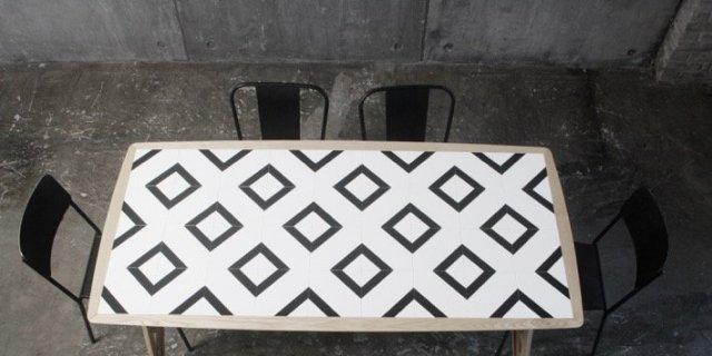 Tavolo trasformista con top in mattonelle