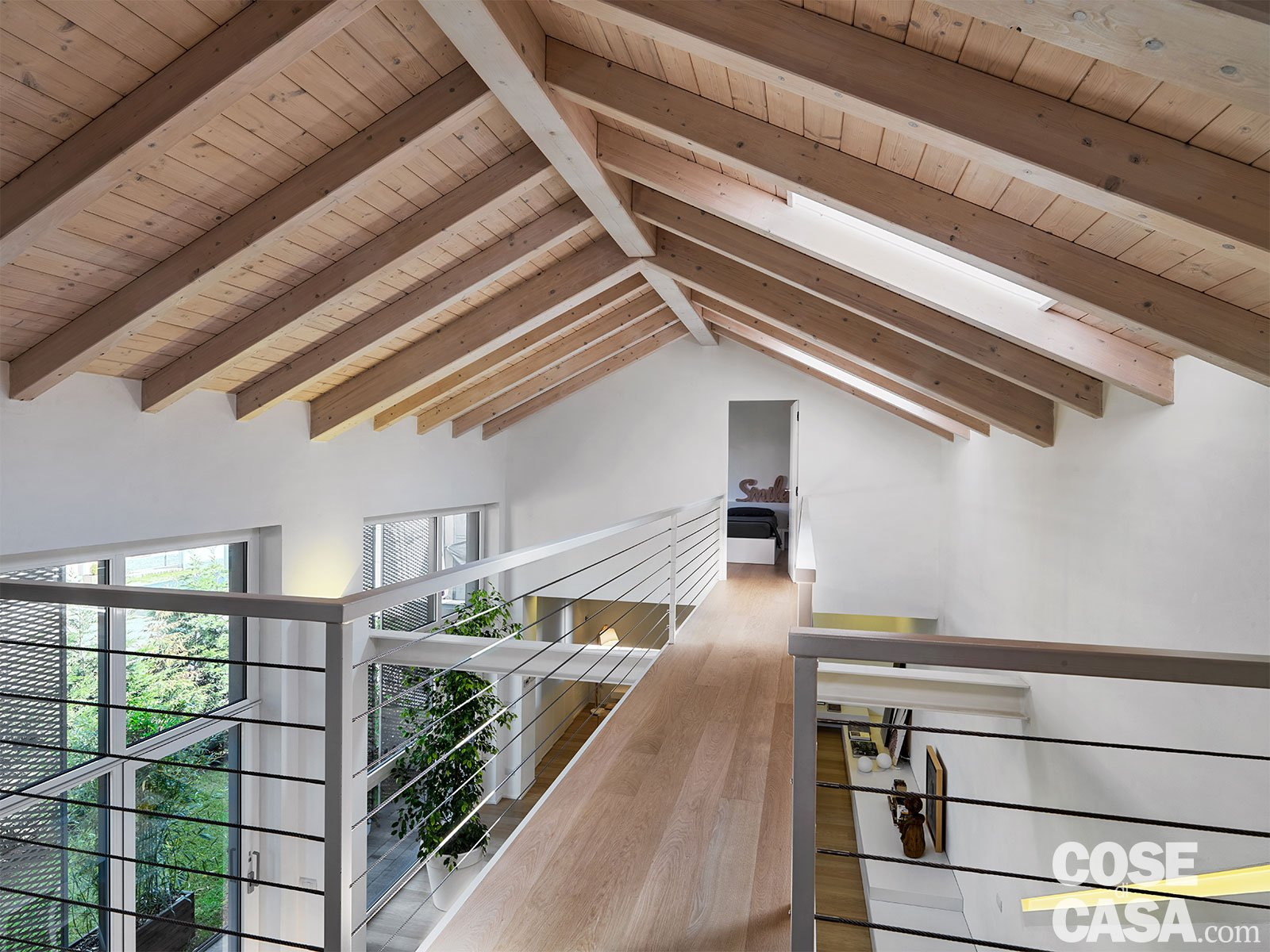 Loft una casa sottotetto a doppia altezza cose di casa for Casa moderna con tetto in legno
