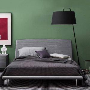 €1.389*  Il letto Dixie di Calligaris, in frassino grigio con  le venature a vista,  ha i piedini in alluminio lucido. Misura L 185,5 x  P 223 x H 97 cm.  www.calligaris.it