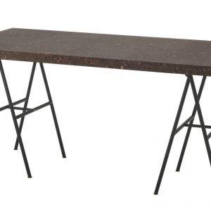 € 159* Con piano in sughero  il tavolo Sinnerlig  di Ikea è caratterizzato anche dalla leggera struttura a cavalletto  in acciaio verniciato.  Misura L 150 x  P 75 x H 76 cm. www.ikea.it