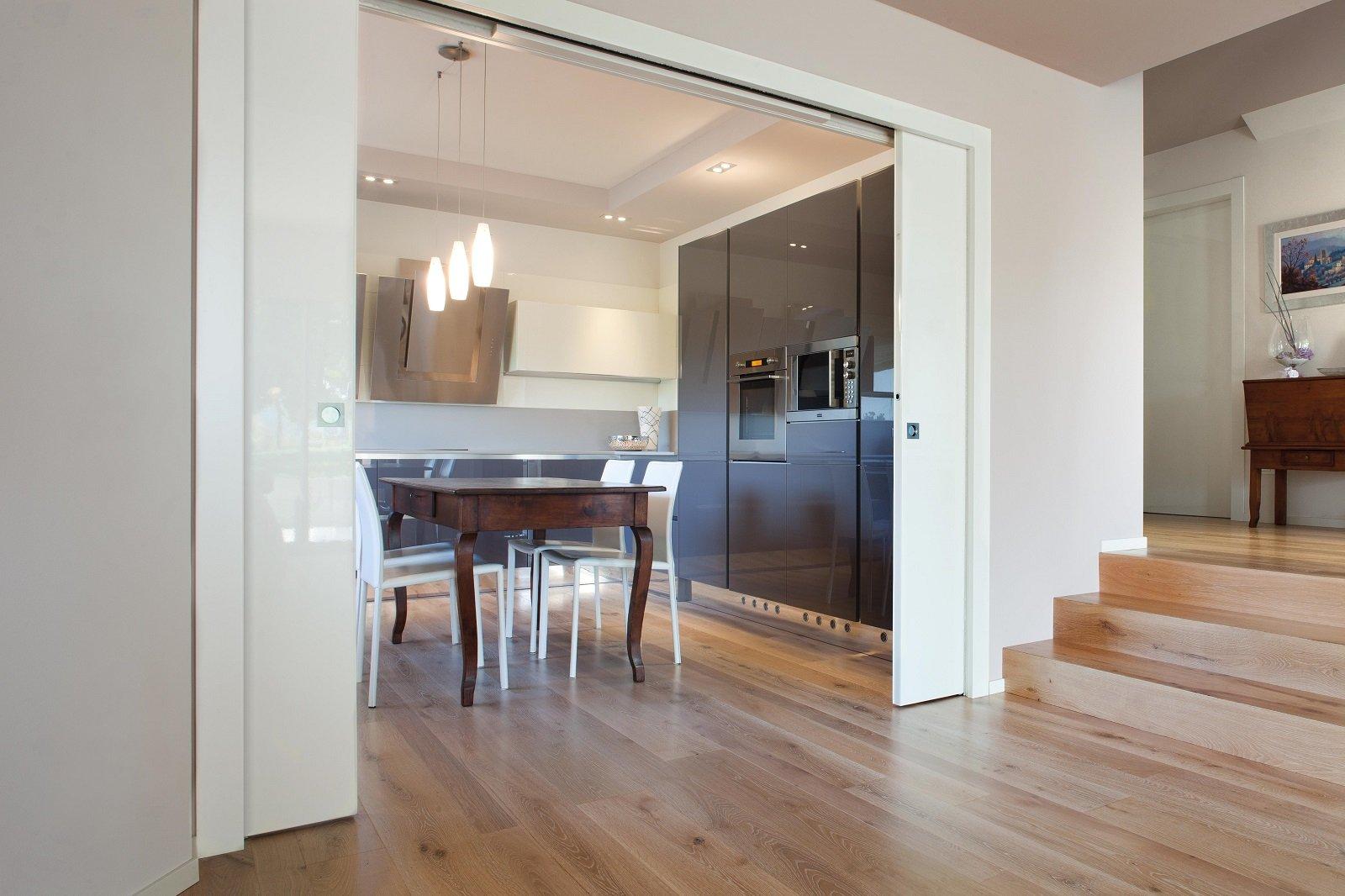 Per dividere gli ambienti o trasformarli in un unico for Porte scorrevoli per cucina