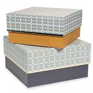 Le scatole in cartone Vintage Porto di Maisons du Monde, misurano L 18-21 x P 18-21 x H 9-11 cm e in set costano 15,98 euro.www.maisonsdumonde.com