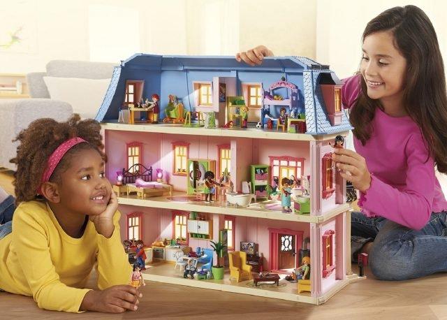 Dotata anche di cucina,la Casa delle Bambole di Playmobila tre piani da arredare a piacimento è dotata persino di balcone, buca delle lettere e campanello funzionante. Il set può essere completato arredando le stanze a disposizione, tra cui anche la cucina rustica. Prezzo 134,99 euro. www.playmobil.it