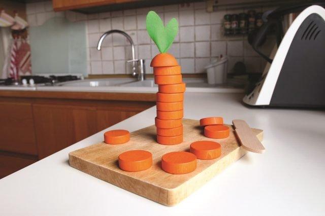 """Affetta carota di milaniwood è un gioco di concentrazione e abilità in cui vince il giocatore che riesce ad """"affettare"""" la carota composta da dischi in legno nel più breve tempo possibile. A partire da 5 anni. Prezzo 23,90 euro. www.milaniwood.com"""