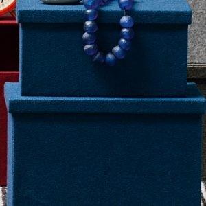 In 8 colori, le scatole Clever di Calligaris sono rivestite in feltro di poliestere. Misurano L 21 x P 30 x H 15 cm eL 26 x P 34 x H 22 cm. Il set da due costa 77 euro.www.calligaris.it