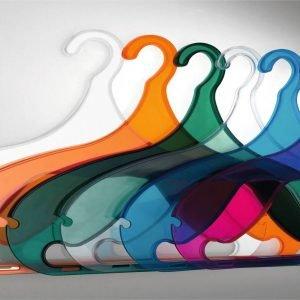 La gruccia Dina di Servetto è in plasticanei colori: brown, bianco, fucsia, arancione, trasparente, azzurroe verde. MisuraL 42,3 x P 10 x H 30 cm. Costa 4,32 euro.www.servettocose.com