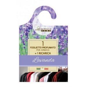 Da appendere nell'armadio,il profumatore alla lavandadi Lady Venezia Home costa1,50 euro. www.ladyvenezia.com