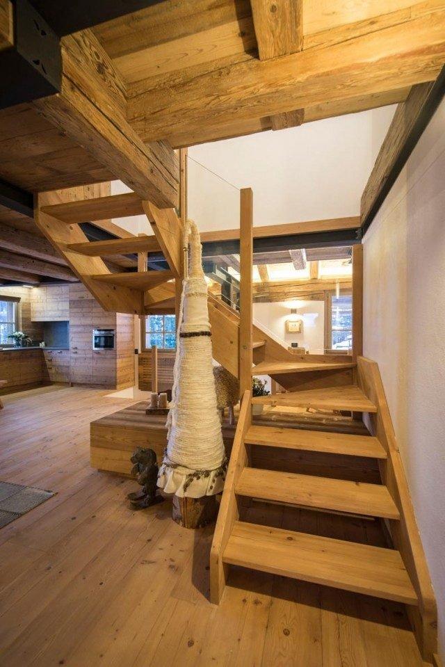 Scala con struttura e pedate in legno. Foto di Elisa D'Incà.