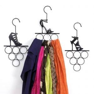Il portafoulard/portacinture Fashion di Maiuguali è in metallo laccato; misuraL 21 x P 5 x H 40 cme costa 19,50 euro.www.maiuguali.it
