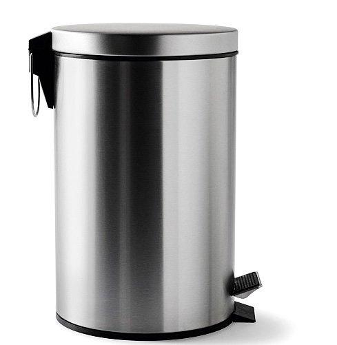Il cestino a pedale in metallo Strapats di Ikea ha anche un pratico manico sul dorso. È dotato di secchio interno che si può estrarre. Misura Ø 20 x H 28 cm, capacità di 5 lt. Costa 9,99 euro. www.ikea.it