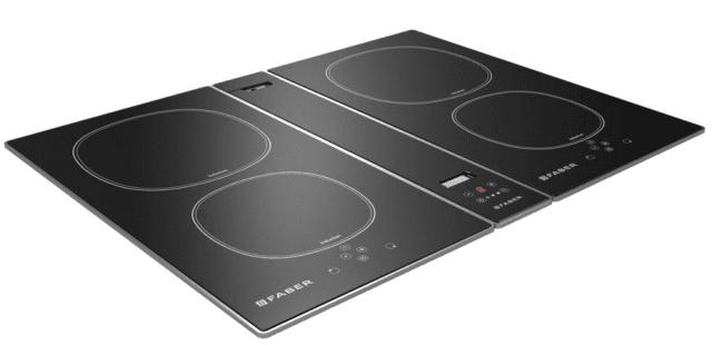 Cappa integrata a ingombro zero…Piano cottura a induzione FCH64 con cappa HOO-B di Faber. Nel piano cottura a induzione a quattro zone è incassata, centralmente, la fascia della cappa filtrante che forma con la piastra una superficie continua: funziona sollevando il coperchio che la ricopre. La cappa ha tre velocità, oltre a quella intensiva, e si regola tramite comandi Touch control dal piano stesso, con il quale può funzionare in connessione.