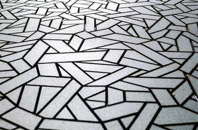 Il micromosaico Fasce Lisce di Sergio Savino è in pietra ricomposta (polvere di marmo e resine acriliche che non emettono sostanze organiche volatili). Premontato su rete 30 x 30 cm, ha effetto silver ma esiste in 36versioni. Prezzo da rivenditore. www.sergiosavino.it