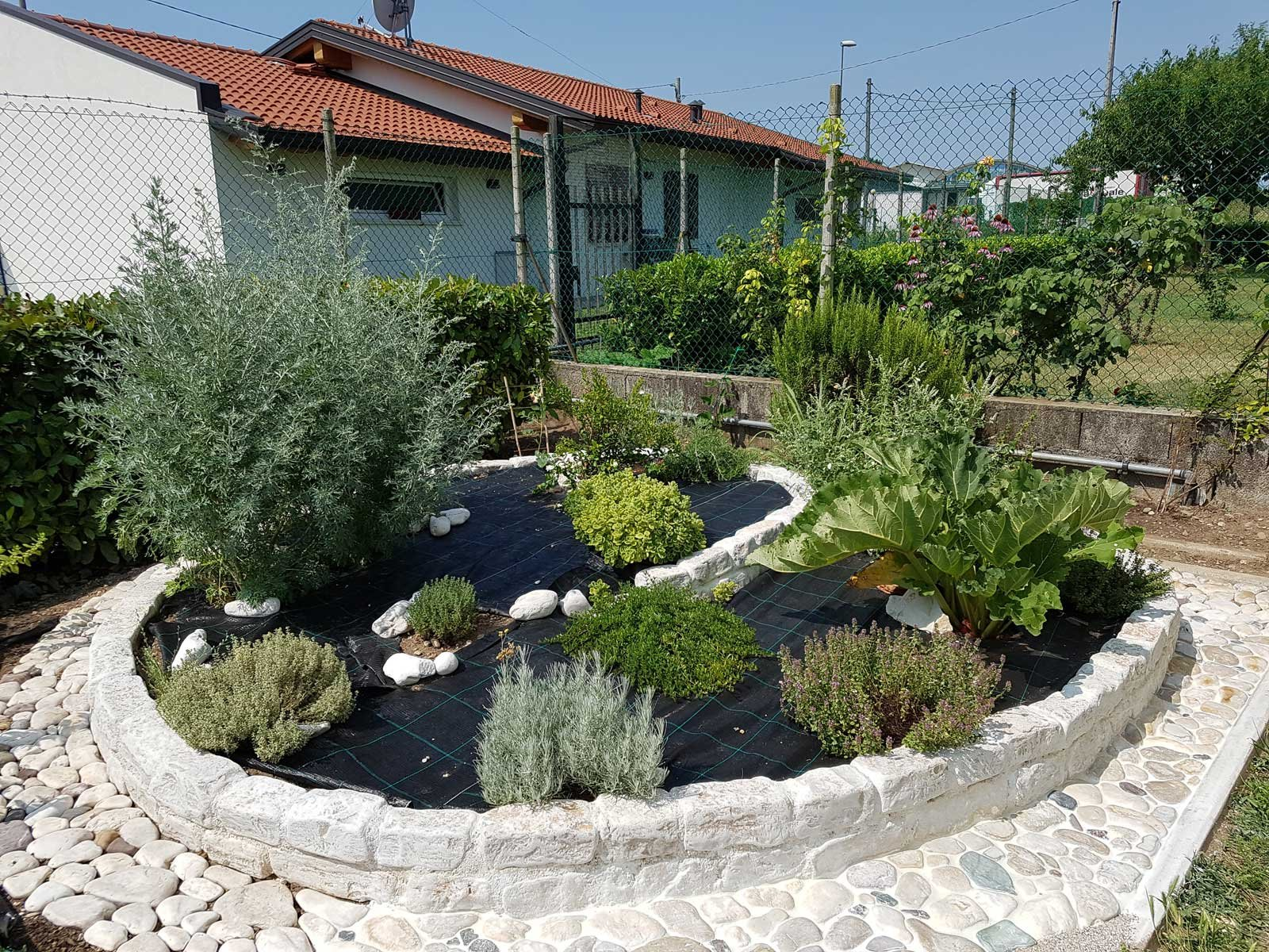 Aiuola per erbe aromatiche cose di casa for Piante da aiuola