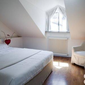 La camera da letto è semplice ed accogliente con un caldo pavimento in parquet, come nel resto della casa. Il letto sommier è stato realizzato su misura da un tappezziere; la lampada sul comodino è la One From the Heart di Ingo Maurer.