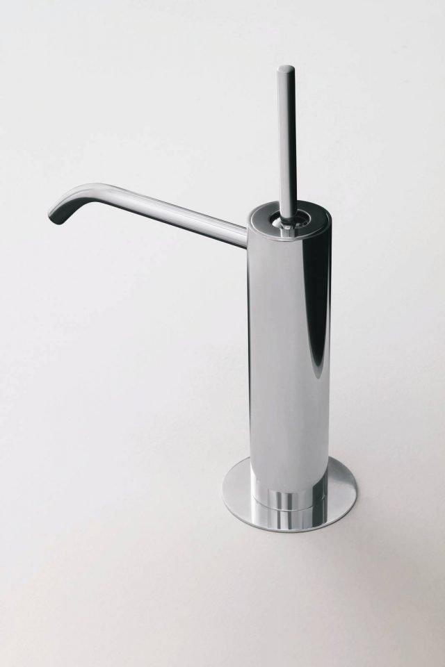 Tre cilindrici di sezioni diverse danno forma a Colibrì di Fantini (design Angeletti & Ruzza), il miscelatore monoforo per lavabo, in finitura cromo. Prezzo da rivenditore. www.fantini.it