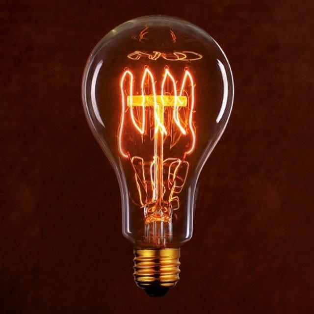 """Goccia Fork di Leroy Merlin racchiude una piccola forchetta luminosa che diffonde una luce calda, senza ombre e omogenea nonostante l'aspetto """"old style"""". Perfetta per apparecchi con attacco grande E27, è dimmerabile e ha una durata di 2.500 ore. Misura H 13,8 cm, Ø massimo 7,5 cm e costa 6,99 euro. www.leroymerlin.it"""