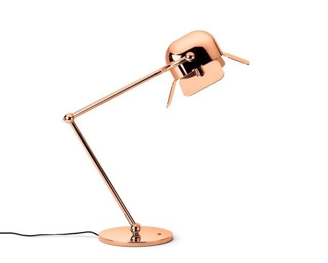 La lampada da tavolo Flamingo di Ghidini 1961 nella finitura oro rosa (disponibile anche ottone lucido e cromo) ricorda volutamente un fenicottero. Autoportante e regolabile, ravviva con i suoi bagliori rosati e l'aspetto un po' rétro anche gli angoli più anonimi della casa. Dimensioni H 59 x L 43 cm. Prezzo 2.537,60 euro. www.ghidini1961.com