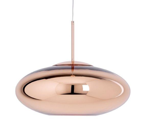 Copper Wide di Tom Dixon è una lampada a sospensione che sembra una scultura di materiale riflettente. Il paralume di polietilene trasparente è metallizzato all'interno con una pellicola di rame dello spessore di pochi micron, per conferirgli una finitura a specchio. La luce è sia concentrata sia diffusa con delicatezza, per un utilizzo adatto sopra a un tavolo. Dimensioni Ø 50 cm, H 22 cm. Prezzo 570 euro, venduta da Made in Design. www.madeindesign.it