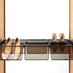 Sovrapponibile, il divisorio Komplement di Ikea a 4 scomparti con ripiano superiore si aggiunge all'interno del guardaroba e permette di organizzare scarpe o accessori. In laminato bianco, un elemento misura L 100 x P 35 x H 19 cm e costa 20 euro.www.ikea.com