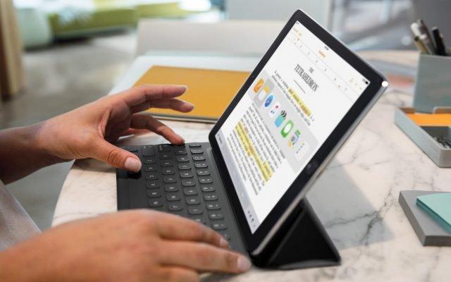 """Smart Working L'iPad Pro da 9,7"""" racchiude, in poco meno di 500 grammi di peso e 6,1 mm di spessore, un innovativo display Retina Pro con una luminosità superiore, una gamma di colori più ampia e una minore riflettività, la modalità Night Shift e la nuova tecnologia True Tone per la regolazione dinamica del bilanciamento del bianco. Offre, inoltre, prestazioni incredibili grazie al chip A9X a 64 bit, che nulla ha da invidiare alla maggior parte dei PC portatili, oltre a un sistema audio a quattro altoparlanti due volte più potente, una nuova fotocamera iSight da 12 megapixel per scattare Live Photos e girare video 4K, una videocamera FaceTime HD da 5 megapixel e tecnologie wireless più veloci. l sistema audio a quattro altoparlanti offre un suono stereo potente, nitido e ricco, con un output audio oltre due volte superiore. L'iPad Pro supporta anche la rivoluzionaria Apple Pencil e la Smart Keyboard che garantiscono livelli straordinari di precisione e funzionalità per iPad Pro. Gli evoluti sensori della Apple Pencil misurano sia la pressione che l'inclinazione, per un'esperienza di disegno e scrittura del tutto naturale. La nuova Smart Keyboard è una tastiera dal design sottile e robusto, che non deve essere ricaricata né sincronizzata via Bluetooth e si trasforma facilmente in Smart Cover per proteggere il dispositivo. Prezzo: 689 euro per il modello Wi-Fi da 32GB e 839 euro per il modello Wi-Fi + Cellular da 32GB. Apple Pencil è disponibile a 109 euro e Smart Keyboard da 169 euro. www.apple.com"""