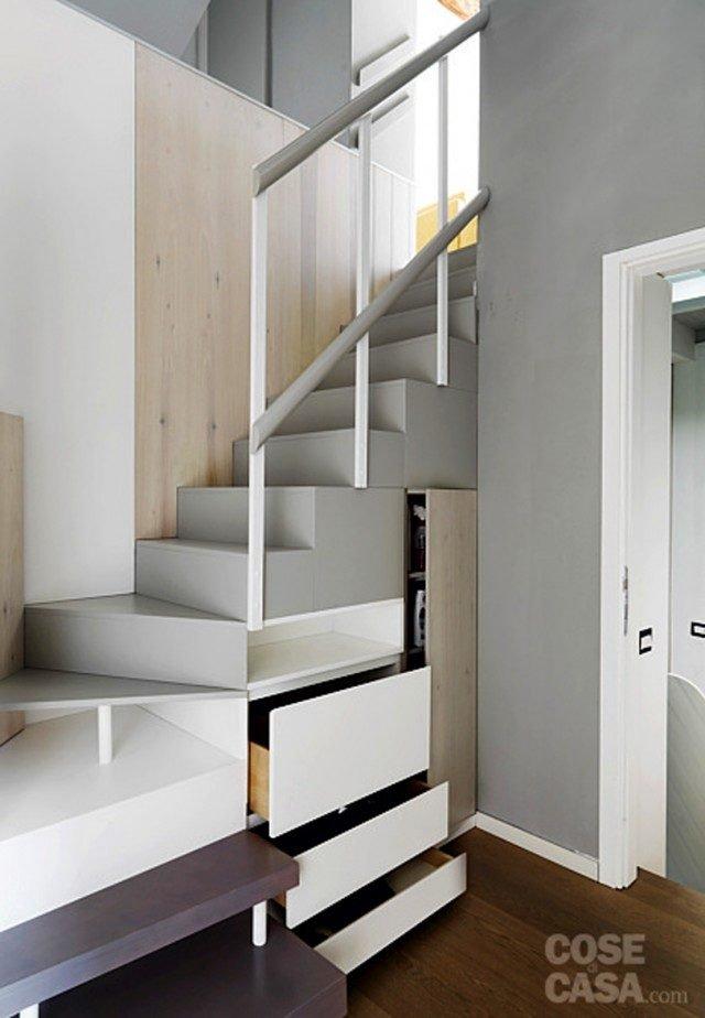 Scala con struttura in legno, dotata di gradini sfruttati come cassetti e di mini vano guardaroba. Foto di Adriano Pecchio.